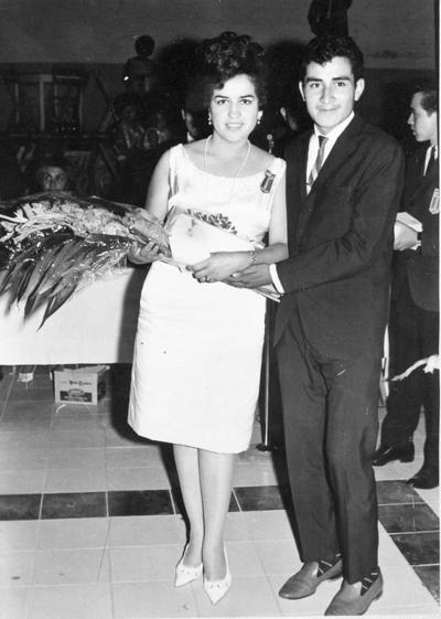 09102016 Profra. Ana María Salas Hernández con su hermano en la fiesta de graduación de la Escuela Normal en 1966.