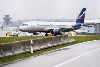 GINEBRA (SUIZA).- Un Airbus A320-214 de la aerolínea Aeroflot permanece aparcado en la pista del en el aeropuerto de Ginebra (Suiza) tras haber sido evacuado tras una amenaza de bomba. Las autoridades de la ciudad de Ginebra han evacuado el avión después de que un hombre se presentase a las 13.00 hora local en un mostrador de la aerolínea en el aeropuerto para indicar que había una bomba a bordo del avión que salía hacia Moscú. EFE