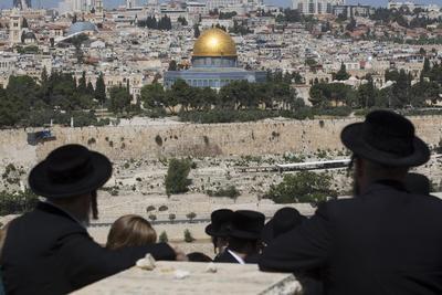 JERUSALÉN (ISRAEL).- Fotografía de archivo que muestra a judíos ultra ortodoxos mientras caminan hacia el Monte de los Olivos, en Jerusalén, Israel. La Unesco aprobó, una propuesta palestina que declara el principal santuario judío, el Muro de las Lamentaciones, parte del complejo de la Mezquita de Al Aqsa. De los países participantes en la votación de ésta resolución, 24 lo hicieron a favor, seis votaron en contra y 26 se abstuvieron. La Unesco desvinculó El Muro de las Lamentaciones, que los judíos veneran como su santuario más importante, de la lista del Patrimonio Mundial de la Unesco. EFE