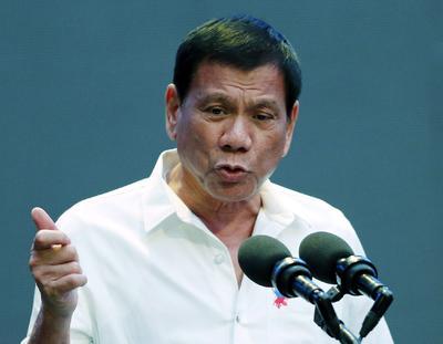 MANILA (FILIPINAS).- El presidente filipino, Rodrigo Duterte, ofrece una rueda de prensa en Manila (Filipinas). Duterte ha creado un equipo especial encargado de investigar los asesinatos de periodistas sin resolver y garantizar un entorno seguro para los representantes de la prensa, informó hoy el Gobierno. Un total de 77 periodistas han muerto en Filipinas desde 1992 a causa de su profesión, 67 de ellos con total impunidad, según el Comité para la Protección de los Periodistas. Duterte llegó a la Presidencia de Filipinas el 30 de junio pasado y su primera medida fue lanzar una severa campaña nacional contra las drogas, que ha causado 3.860 muertos hasta la fecha. EFE