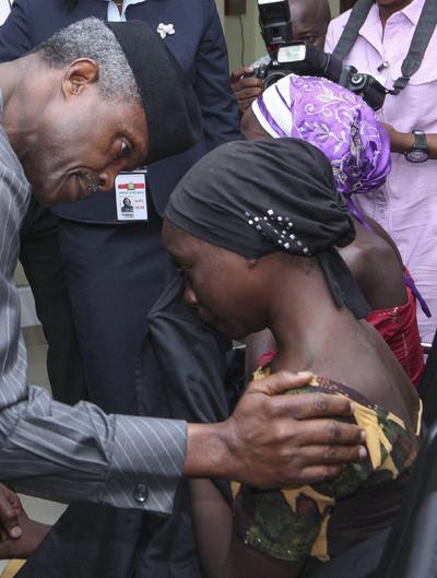 ABUJA (NIGERIA).- El vicepresidente de Nigeria, Yemi Osinbajo (i), habla con una de las 21 niñas de Chibok que fueron liberadas en Abuja (Nigeria). Los reportes dicen que 21 de las 270 niñas secuestradas por militantes islamistas del grupo Boko Haram en 2014, fueron liberadas. Según el portavoz del presidente Muhammadu Buhari, el Comité Internacional de la Cruz Roja, y el gobierno suizo habrían mediado para lograr la liberación. EFE