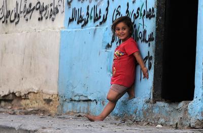 CIUDAD DE GAZA (MEDIO ORIENTE).- Una niña de cinco años es vista jugando fuera de la casa de su familia destruida por el conflicto Israeli-Hamas, en la Ciudad de Gaza. De acuerdo con los reportes de la ONU, más de 4.700 familias siguen sin hogar un año después de la guerra en el verano de 2014 entre Israel y Gaza. EFE