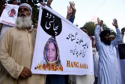 KARACHI (PAKISTÁN).- Seguidores del grupo islámico Tehrik Labaik Ya RasoolAllah durante una protesta contra Asia bibi, una mujer cristiana condenada a muerte por blasfemia, en Karachi (Pakistán). EFE