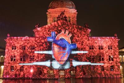 BERNA (SUIZA).- Espectáculo de luces en la fachada del Parlamento Federal de Berna (Suiza), celebrando el aniversario número 150 de la Cruz Roja suiza. EFE
