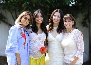 Claudia con su mamá, Claudia Neave, su suegra, Elda Franco, y su cuñada, Elda Rosas