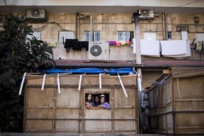 Jerusalén (Israel).- Unos niños Judíos ultra-ortodoxos asomándose por una ventana de la sucá de su familia (cabaña) en la noche de Sucot día de fiesta, la Fiesta de los Tabernáculos, en el barrio ultra ortodoxo de Mea Shearim, en Jerusalén, Israel. el 2016 Sucot fiesta comienza el 16 de octubre al atardecer y conmemora el éxodo de los Judíos de Egipto hace unos 3.200 años. EFE