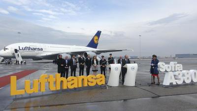 SOFÍA, Bulgaria.- El Airbus A380-800, el avión comercial más grande del mundo, ha aterrizado hoy por primera vez en Bulgaria y ha protagonizado el Día de la Aviación Militar de este país, provocando el entusiasmo del público. La aeronave sin pasajeros procedente de Fráncfort (Alemania), perteneciente a la aerolínea alemana Lufthansa, voló a baja altitud sobre la capital búlgara, Sofía, escoltada por los cazas Mig-29 de la Fuerza Aérea del país balcánico. EFE