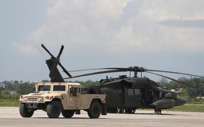 PUERTO PRÍNCIPE (HAITI).- Equipos del ejercito de Estados Unidos se encuentran en el aeropuerto Guy Malary de Puerto Príncipe (Haití), para volar a las zonas afectadas en el suroeste tras el paso del huracán Matthew. EFE
