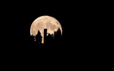 Stoetten (Alemania).- La luna llena se eleva detrás de la Iglesia de St Georg, en el 1,055 m de altura en la montaña Auerberg en Stoetten, Alemania. EFE