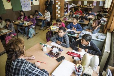 """NYÍREGYHAZÁ (HUNGRÍA).- Fotografías facilitadas por la Fundación Educación Romaní de varios niños en escuela pública de Nagyecsed, al este de Hungría. En el extremo este de Hungría, cerca ya de Ucrania, a muchos niños gitanos se les separa del resto de alumnos, en una medida que varias ONG denuncian como discriminatoria mientras que el Gobierno conservador la justifica por las necesidades """"especiales"""" de esos menores. Se estima que, en total, hay unas 400 escuelas segregadas en Hungría, o sea, centros a los que acuden solo gitanos, especialmente en la parte oriental del país, la más pobre y subdesarrollada. Tras años de infructuosos intentos de integración por parte de Gobiernos anteriores, el actual Ejecutivo, del conservador nacionalista Viktor Orbán, defiende la separación con el argumento de que los niños de etnia romaní necesitan un tratamiento y programas especiales. EFE"""