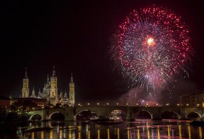 ZARAGOZA.- Una vista de la basílica del Pilar de Zaragoza y el río Ebro, durante los fuegos artificiales que cierran las Fiestas de la capital aragonesa. EFE