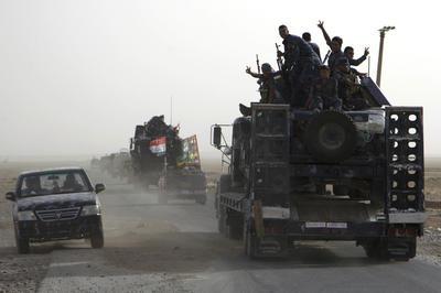IRAK.- En este sábado, soldados iraquíes en convoy de vehículos militares iraquíes se dirige hacia la base Qayyarah en el norte de Irak, antes de una esperada ofensiva para retomar Mosul de los militantes del Estado Islámico flash de señal de la victoria. El primer ministro iraquí, Haider al-Abadi anunció el inicio de las operaciones militares para liberar a la ciudad norteña de Mosul de los militantes islámicos del Estado el lunes, lanzando el país en su batalla más dura desde que las tropas estadounidenses se fueron hace casi cinco años. (Foto AP)