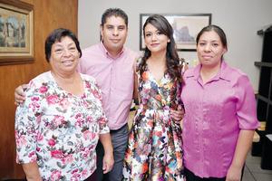 16102016 Margarita Carrillo y Nuria Monserrat González con la feliz pareja.