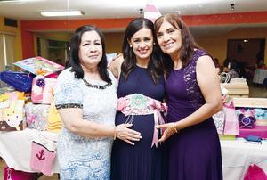 16102016 FIESTA DE CANASTILLA.  Erika Salazar acompañada de Paula Muruato y Yolanda Aguilera, organizadoras de su baby shower.