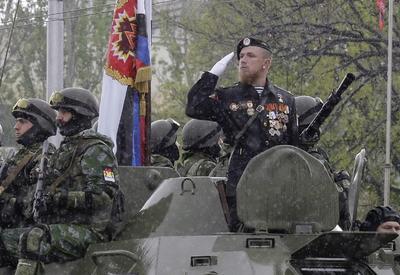 """DONETSK (UCRANIA).- Fotografía de archivo que muestra al comandante separatista prorruso Arseniy Pavlov (d), conocido como """"Motorola"""", durante una operación militar en Donetsk, Ucrania. La autoproclamada república popular de Donetsk (RPD) decretó, tres días de duelo en memoria de Pávlov, asesinado anoche, en la ciudad de Donetsk en un atentado con bomba. Pávlov, de 33 años, más conocido como """"Motorola"""", su nombre en clave, murió anoche a consecuencia del estallido de un artefacto explosivo en el ascensor del edificio donde tenía su domicilio. En internet fue publicado hoy un vídeo en el que cuatro hombres, todos ellos con el rostro oculto por pasamontañas y armados con fusiles, asumen la autoría del atentado contra Pávlov. EFE"""