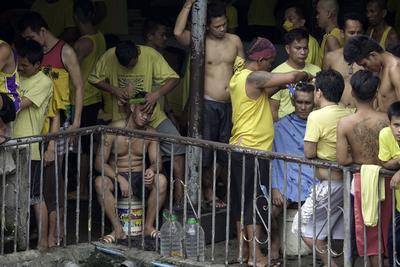 CIUDAD QUEZÓN (FILIPINAS).- Presos filipinos se amontonan en la cárcel de Ciudad Quezón, una de las más ocupadas del país, en Ciudad Quezón, Filipinas. Con la intensificación de la campaña contra la delincuencia llevada a cabo por el presidente Duterte, los traficantes de droga llegan a las cárceles con prácticamente su ocupación al completo. La cárcel de Ciudad Quezón está diseñada para retener a 800 presos, pero su número actual se sitúa cerca de los 4.000 detenidos. Duterte en un discurso antes de viajar a Pekín, expresó su gratitud con el gobierno chino por la ayuda prestada en la rehabilitación de varias instalaciones filipinas para reforzar la guerra contra las drogas. EFE