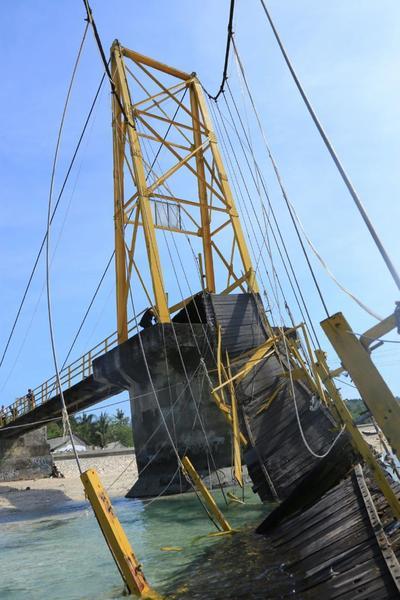 NUSA LEMBONGAN (INDONESIA).- Fotografía facilitada por el Gobierno de Klungkung Regency que muestra el estado en el que quedó un puente que conecta dos pequeñas islas tras hundirse durante una ceremonia religiosa hindú, cerca de Bali, Indonesia. Al menos nueve personas perdieron la vida y otras treinta resultaron heridas en el accidente. La estructura que enlazaba las islas de Nusa Lembongan y Nusa Ceningan se desplomó anoche mientras la población local celebraba Nyepi Segara, una festividad balinesa durante la cual se evitan actividades marítimas. EFE