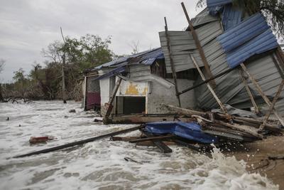 SELANGOR (MALASIA).- Vista de los escombros de una residencia tras el hundimiento de una presa en Kapar, en el estado de Selangor, Malasia, hoy 17 de octubre de 2016. Según informó el Centro Nacional de Hidrografía, al menos 10 residencias has sido afectadas por las inundaciones por lo que han sido activados 26 centros de evacuación en dicho estado. EFE
