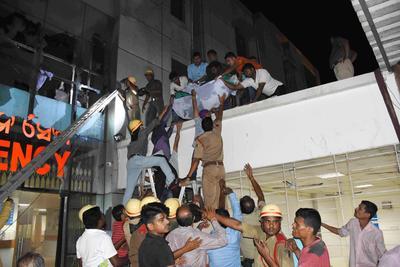 BHUBANESWAR (INDIA).- Un paciente es sacado afuera de un edificio luego de que se presentara un incendio en la Unidad de Cuidados Intensivos (UCI) del hospital SUM en Bhubaneswar (India). Según las informaciones, al menos 23 personas murieron y más de 100 resultaron heridas en el incendio. EFE