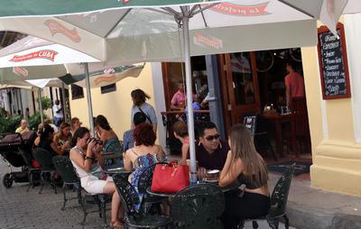 """LA HABANA (CUBA).- Varios turistas almuerzan en un restaurante privado en La Habana (Cuba). Los restaurantes privados, conocidos popularmente como """"paladares"""", se encuentran estos días bajo la lupa del Gobierno cubano, que ha suspendido temporalmente la concesión de licencias por supuestos incumplimientos de normas en un sector en auge que ilustra a la perfección la nueva economía de la isla. EFE"""