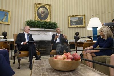 """WASHINGTON (DC, EEUU).- El presidente de EE.UU., Barack Obama (d), habla junto a su vicepresidente, Joseph Biden (i), durante una conferencia de prensa relacionada con el lanzamiento del reporte """"Cancer Moonshot Report"""", en la Oficina Oval de la Casa Blanca, Washington, DC. Biden, llamó hoy a aumentar la coordinación entre quienes buscan una cura para el cáncer y reformar la """"cultura anticuada"""" que caracteriza a la investigación y financiación de esos estudios, para poder revolucionar el combate a esa enfermedad en los próximos cinco años. EFE"""