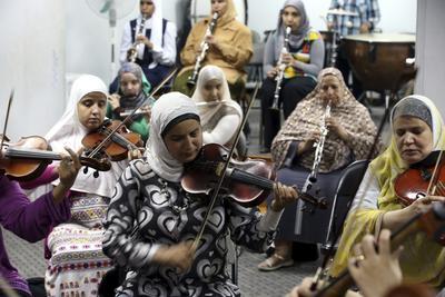 EL CAIRO (EGIPTO).- Varias personas con discapacidad visual tocan durante un ensayo general de la Asociación Luz y Esperanza en el barrio de Heliopolis, El Cairo, Egipto. La Organización Mundial de la Salud estima que en el país hay 3 millones de discapacitados visuales, un millón de ellos ciegos. EFE