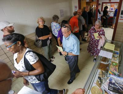 TUCKER (ESTADOS UNIDOS).- Votantes hacen cola durante el primer día de voto anticipado para las elecciones generales del 8 de noviembre en el Tucker Recreation Center, en Tucker, en el estado de Georgia (Estados Unidos). La líder del partido demócrata Hillary Clinton competirá con el candidato republicano Donald Trump. EFE