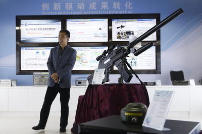 CHANGSHA (CHINA).- El director ejecutivo del instituto de investigación tecnológica de Beidou en Changsha, Ming Dexiang, ofrece una rueda de prensa sobre el ADS 2300C, un arma antiaérea no tripulada con un cañón de electrones en Changsha (China). El instituto ha desarrollado un cañón de electrones como defensa contra vuelos no tripulados no autorizados y ataques de drones. Según los desarrolladores, el cañón de electrones podría estar en el mercado a finales de este año por un valor de 20.000 euros. EFE/Rolex Dela Pena