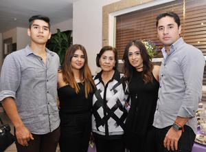 18102016 EN FAMILIA.  Velia González con sus nietos Fer, Rocío, Cecy y Carlos.