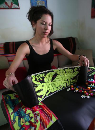 LA PAZ (BOLIVIA).- Fotografía de la boliviana Amancaya Rivera mostrando un adorno de tejido indígena para la cabeza en La Paz (Bolivia). La técnica ancestral del tejido en telar ha sido rescatada por la boliviana Amancaya Rivera para la creación de accesorios femeninos caracterizados, además, por estar inspirados en la vestimenta de los indígenas de Potosí (suroeste). EFE
