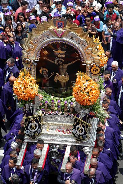 LIMA (PERÚ).- Fieles católicos participan de la procesión del Señor de los Milagros en el centro histórico de Lima (Perú). La procesión llegó hasta el Palacio de Gobierno, donde el presidente de Perú, Pedro Pablo Kuczsyinski, se unió a la misma. EFE