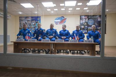 BAIKONUR (KAZAJISTÁN).- Fotografía facilitada por la NASA que muestra de izquierda a derecha al astronauta estadounidense de la NASA, Shane Kimbrough, el comandante ruso Serguéi Rizhikov (c, y al ingeniero ruso Andréi Borisenko, junto a los miembros de su equipo Nikolai Tikhonov of Roscosmos, Alexander Misurkin of Roscosmos, y Mark Vande Hei durante una rueda de prensa en el hotel Cosmonaut en Baikonur, Kazajistán. Los dos cosmonautas rusos que partirán mañana miércoles a bordo de la nave Soyuz MS-02 con destino a la Estación Espacial Internacional (EEI) cultivarán pimientos en el invernadero de la plataforma orbital. EFE