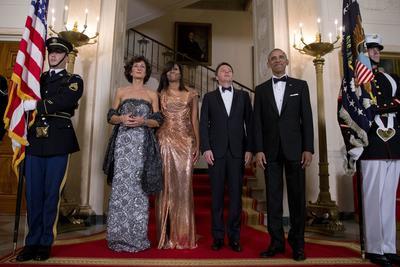 WASHINGTON (DC, EE.UU.).- El presidente estadounidense, Barack Obama (d), y su esposa, Michelle (2i), reciben al primer ministro italiano, Matteo Renzi (2d), y a su esposa, Agnese Landini (i), antes de una cena de Estado, en la Casa Blanca en Washington DC. EFE
