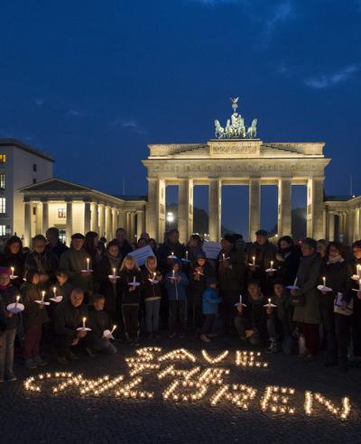 BERLÍN (ALEMANIA).- Vista de la consigna 'Save the Children' (Salvad a los niños) escrita con velas delante de la Puerta de Brandeburgo por la Organización No Gubernamental (ONG) Save the Children en Berlín, Alemania. La ONG ha organizado una noche en vela en memoria de los niños fallecidos en la guerra de Siria. EFE