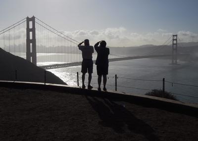 MARIN COUNTRY (EE.UU.).- Turistas le toman fotografías al puente Golden Gate y al cielo de San Francisco en el condado de Marin, California (Estados Unidos). EFE