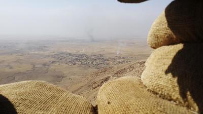 """MOSUL (IRAK).- Vista del pueblo de Basajra, en primer plano, liberado ayer por los peshmergas y a continuación el de Bartala, controlado aún por el Estado Islámico a pesar de los bombardeos y del acoso de las fuerzas de seguridad iraquíes. Las fuerzas kurdas o """"peshmergas"""" comenzarán próximamente las operaciones militares especiales para """"limpiar"""" el área de Bashiqa de la presencia de terroristas del grupo Estado Islámico (EI), informó en un comunicado el comandante de las fuerzas antiterroristas iraquíes, Abdelwahab al Saedi. EFE"""