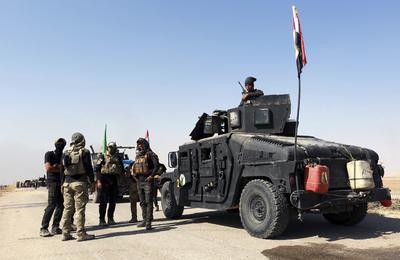 MOSUL (IRAK).- Miembros de las fuerzas especiales iraquíes preparan su avance terrestre hacia Mosul para liberar varios enclaves ocupados por el Estado Islámico (EI), Irak. El EI ha sido ya expulsado de más de una decena de localidades al sur de Mosul, donde se ubica uno de los frentes de combate contra los yihadistas. EFE