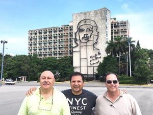 19102016 ENTRE AMIGOS.  Miguel Ángel Medrano, Isidro García y Carlos Ávila Orozco en la Plaza de la Revolución en La Habana, Cuba.