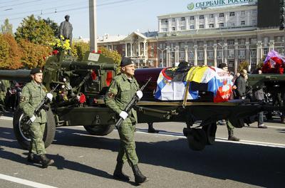 """DONETSK (UCRANIA).- Militares prorrusos que actúan en el este de Ucrania portan el ataúd de su jefe Arseni Pávlov, más conocido como """"Motorola"""", durante su funeral en Donetsk, Ucrania. La autoproclamada república popular de Donetsk (RPD) decretó el pasado 17 de octubre tres días de duelo en memoria de Arseni Pávlov asesinado a consecuencia del estallido de un artefacto explosivo en el ascensor del edificio donde tenía su domicilio la tarde del domingo. EFE"""