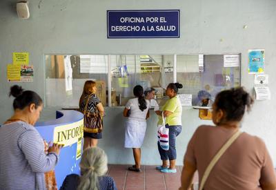 SAN SALVADOR (EL SALVADOR).- Pacientes salvadoreños esperan recibir atención médica en las instalaciones del Hospital Nacional Zacamil, en San Salvador (El Salvador). Sindicalistas del hospital Zacamil se declararon en huelga y al menos otros 12 sanatorios han reducido sus labores como medida de presión para que el Gobierno les incremente en un 8 % su salario para el 2017. EFE
