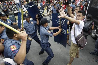 MANILA (FILIPINAS).- Manifestantes filipinos protestan ante la embajada de Estados Unidos en Manila (Filipinas) en contra de la presencia militar estadounidense  en el país y para apoyar las declaraciones en política exterior del presidente filipino, Rodrigo Duterte. La manifestación se volvió violenta al producirse disturbios entre manifestantes y policías y terminó con al menos cinco manifestantes y una treintena de policías heridos. EFE