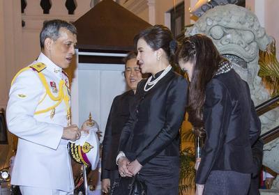 BANGKOK (TAILANDIA).- Fotografía cedida por la Oficina Real donde se ve al príncipe de la corona tailandesa Maha Vajiralongkorn (i) hablando con sus hermanas Ubolratana Rajankaya (2-d) y Maha Chakri Sirindhorn (i) durante un ceremonia religiosa parte de los funerales del rey de Tailandia Bhumibol Adulyadej en el Gran Palacio en Bangkok (Tailandia). EFE