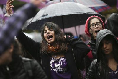 """BUENOS AIRES (ARGENTINA).- Miles de personas participan, de la marcha convocada por la plataforma social """"Ni Una Menos"""", en Buenos Aires (Argentina). La plataforma """"Ni Una Menos"""" convocó a movilizarse durante el """"Miércoles negro"""", una jornada que busca poner fin a la violencia de género y a otras prácticas de discriminación hacia las mujeres, luego del violento asesinato de una joven de 16 años en la ciudad de Mar del Plata. EFE"""