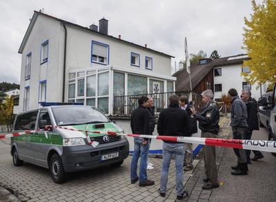 """GEORGENSGMÜND (ALEMANIA).- Policías acordonan una vivienda en la que un ultraderechista ha herido a cuatro policías durante un registro policial en Georgensgmünd (Alemania). El atacante, un hombre de 49 años con licencia de caza, que fue detenido y se encuentra herido leve, pertenece presuntamente al movimiento """"Reichsbürger"""" (Ciudadanos del Reich), que no reconocen la legalidad de la República Federal Alemana (RFA) y niegan el holocausto judío en la II Guerra Mundial. Según fuentes policiales, el hombre tenía una licencia de caza y posee unas 30 armas de distinto calibre, incluidas algunas piezas históricas y otras de fabricación estadounidense. De acuerdo con el relato policial, el arrestado abrió fuego contra los policías en cuanto se percató de su presencia y sin que mediase ningún tipo de contacto, sobre las 06.00 hora local. EFE"""