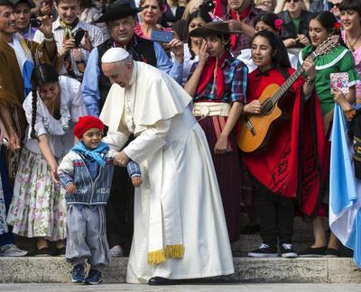 VATICANO.- El papa Francisco saluda a un joven argentino durante la audiencia general de los miércoles en el Vaticano. EFE