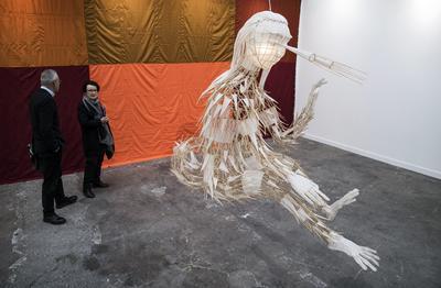 PARÍS (FRANCIA).- Visitantes contemplan una obra de la galería alemana Neugerriemschneider expuesta durante la Feria Internacional de Arte Contemporáneo 2016 (FIAC) en el Gran Palacio de París, Francia. La feria permancerá abierta al público del 20 al 23 de octubre. EFE