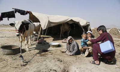 KABUL (AFGANISTÁN).- Un médico vacuna a un niño contra el virus de la polio durante una campaña de vacunación de la polio en Kabul, Afganistán. Afganistán y Pakistán se han marcado como objetivo acabar en 2018 con la polio, que se transmite entre menores de 5 años al ingerir comida o agua contaminadas. EFE