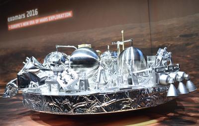 DARMSTADT (ALEMANIA).- Vista de una maqueta del módulo Schiaparelli en el pabellón de la Agencia Espacial Europea (ESA) en Darmstadt. El módulo Schiaparelli entra hoy en la atmósfera de Marte y descenderá y aterrizará en su superficie mediante una maniobra muy compleja que demostrará tecnologías europeas. EFE
