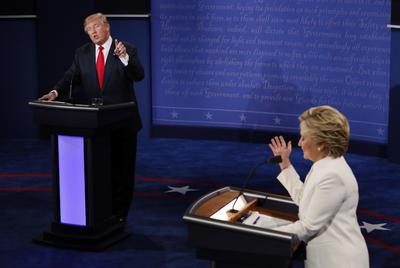 Clinton dijo que la propuesta sobre inmigración de Trump no representa los valores estadounidenses.