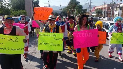 Con pancartas en mano, los payasos se dirigieron a la Plaza Mayor de Torreón.